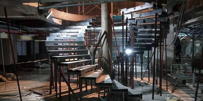 胜利河美食街锦鲤中心双旋转楼梯