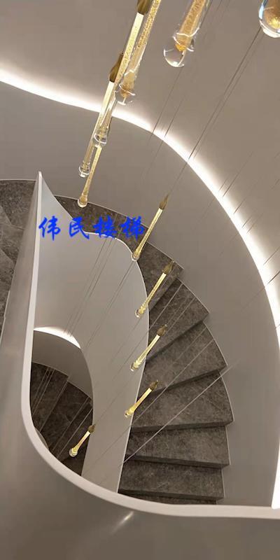 旋转钢架楼梯点缀桃花源